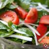 Sałatka ze szpinaku, pomidorów i młodej cebuli