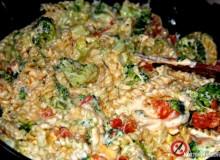 Makaron trzy sery z brokułami i pomidorem