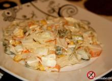 Sałatka z surimi i makaronem ryżowym
