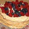 Tort bezowo-kawowy z malinami i borówką amerykańską