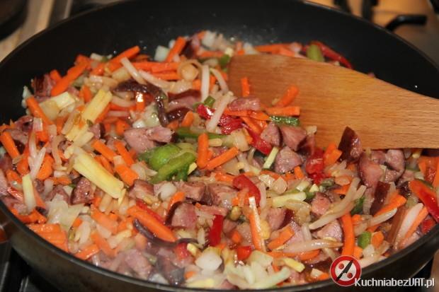 Zapiekanka z makaronem, kiełbasą i warzywami chińskimi