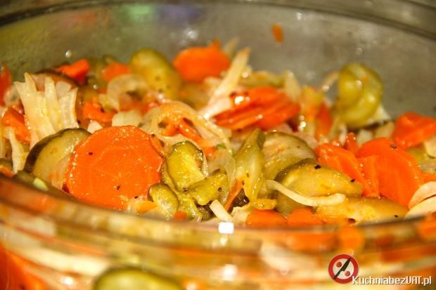 Surówka z gotowanej marchewki i ogórka kiszonego