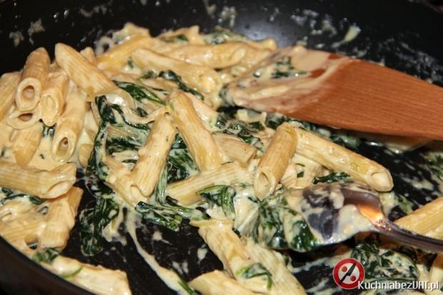 Makaron ze szpinakiem w sosie śmietanowo-serowym