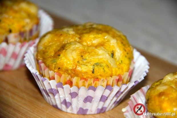 Muffiny z żółtym serem i kabanosem