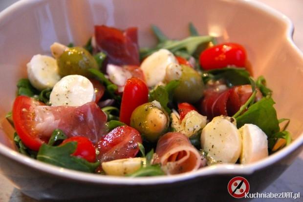 Sałatka z rukoli, mozzarelli i szynki szwarcwaldzkiej