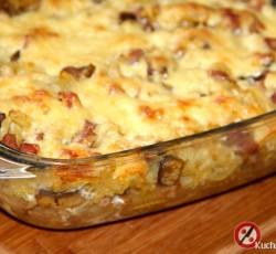 Zapiekanka z makaronem, kiełbasą i pieczarkami
